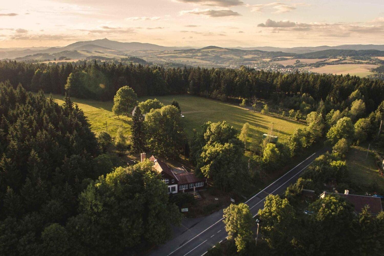 Letecký pohled na krajinu kolem chaty Kopanina