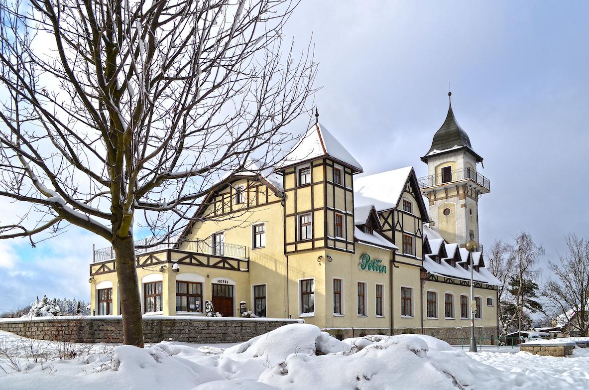 Bývalý hotel a rozhledna Petřín v Jablonci nad Nisou v zimě.