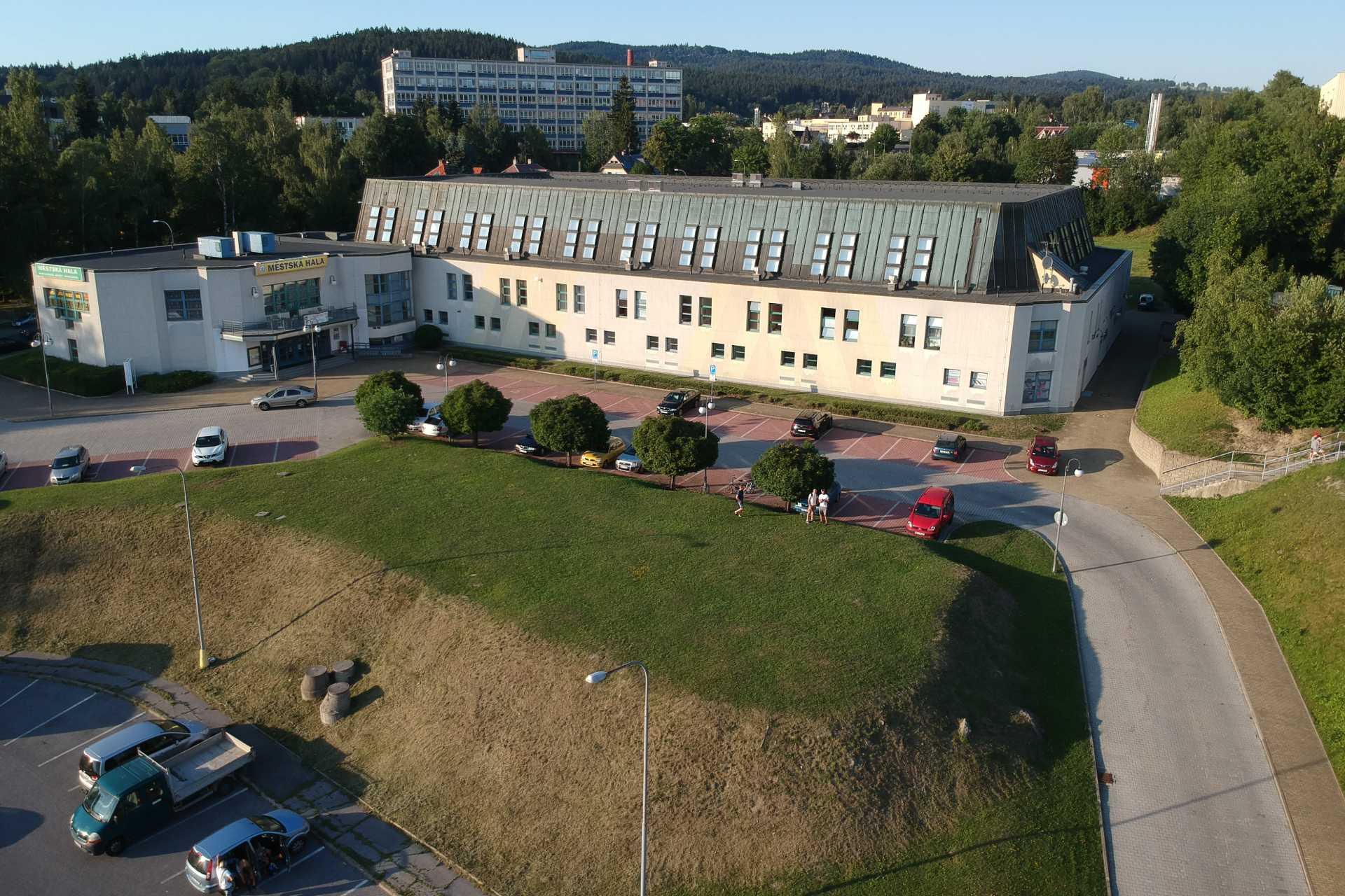 Městská sportovní hala v Jablonci nad Nisou - pohled na budovu z parkoviště