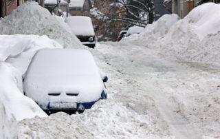 Auto parkující v ulici města Jablonec nad Nisou zapadané sněhem.