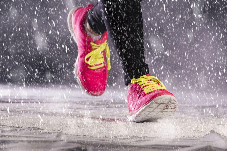 Detail běžec v zimním počasí.