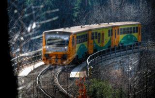 Regionální vlak na Jablonecku projíždějící v zimě na ostě