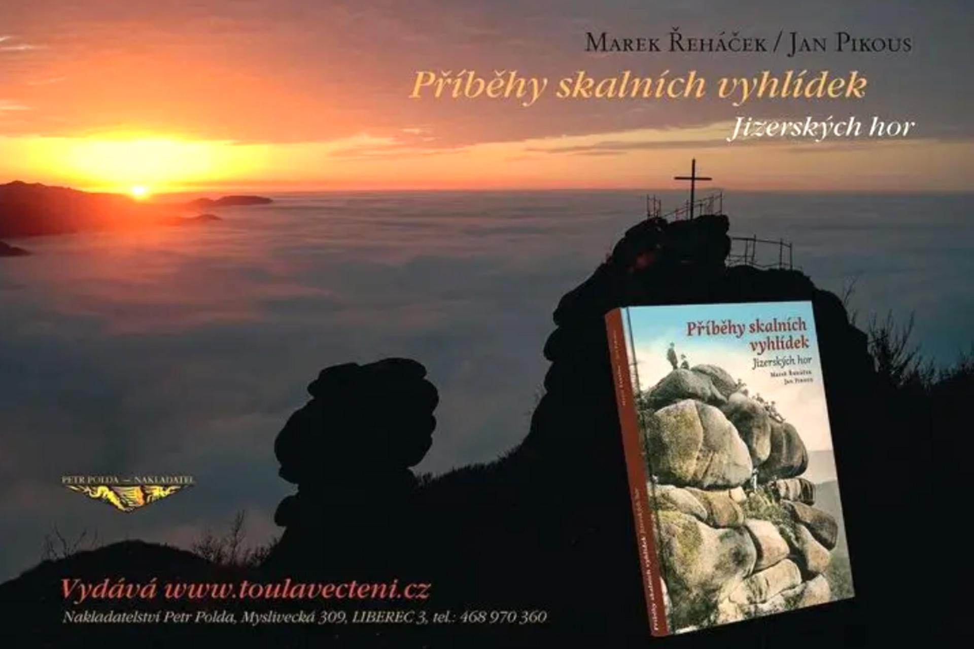 kniha Příběhy skalních vyhlídek Jizerských hor na pozadí jedné z vyhlídek při západu slunce