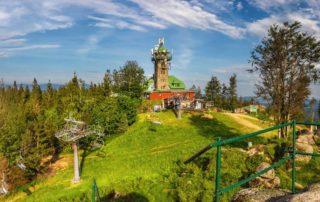 Rozhledna s turistickou chatou a lanovkou na Tanvaldském Špičáku - Jizerské hory