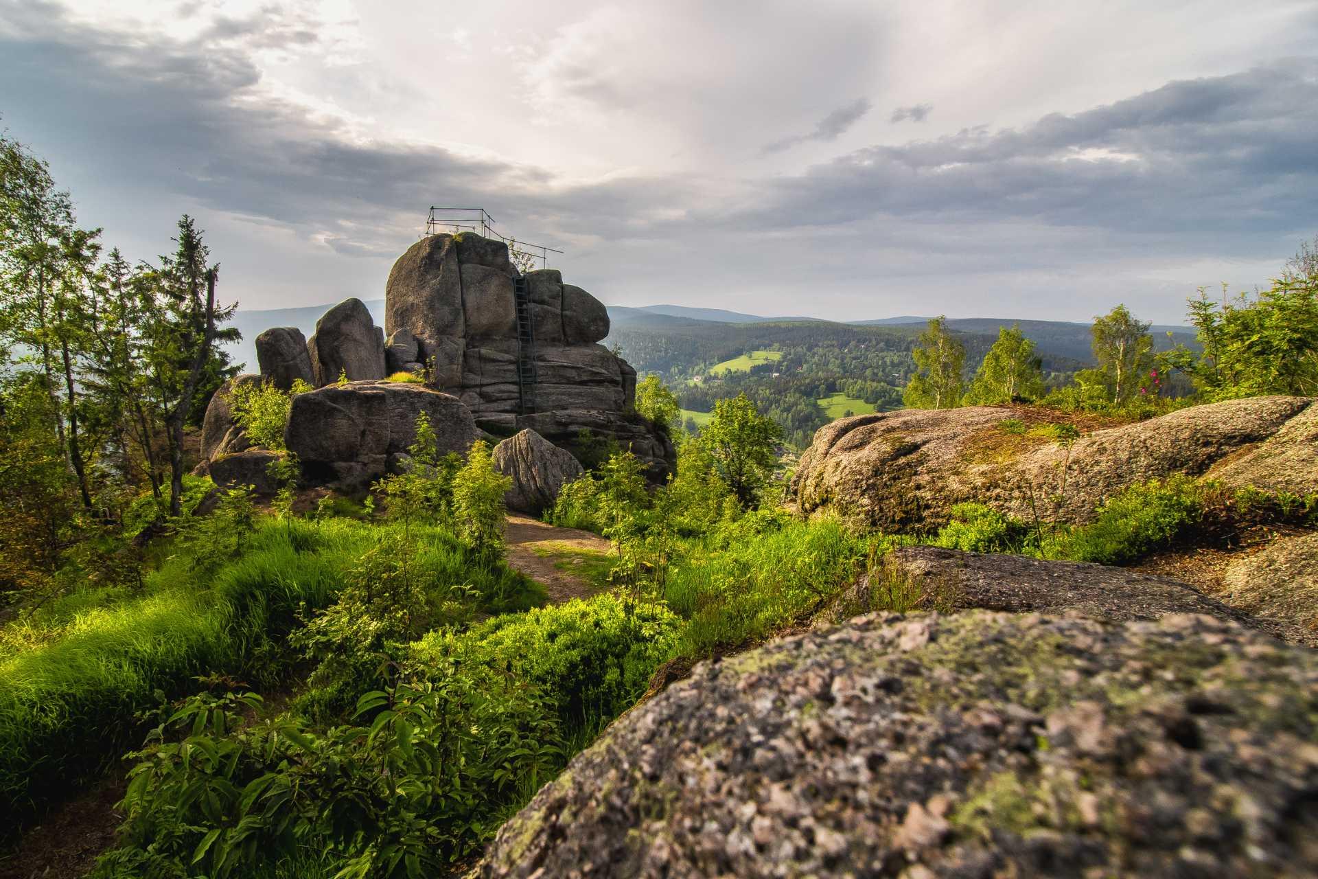 Skalní vyhlídka se zábradlím na Tanvaldském Špičáku - Jizerské hory
