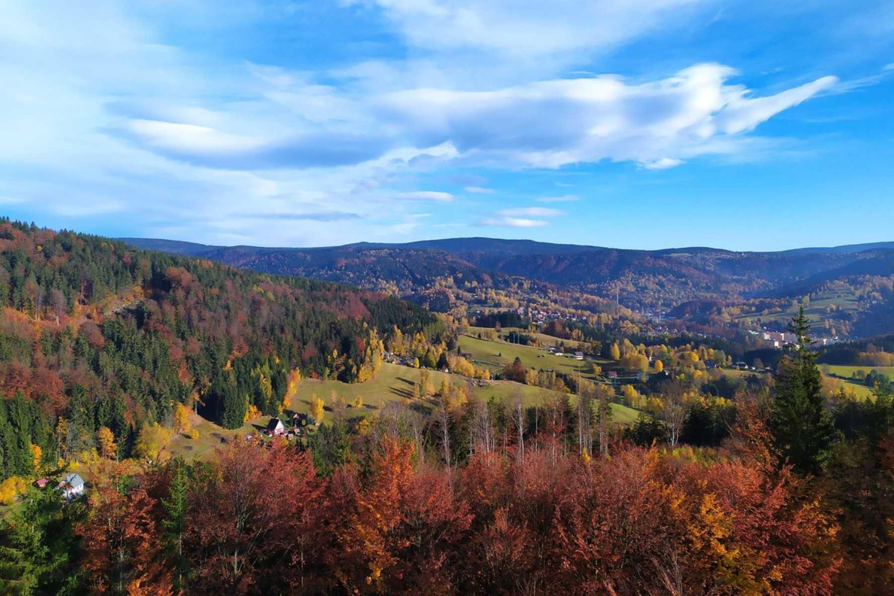 Výhled do krajiny Jizerských hor z rozhledny Špička na vrcholové skále Malého Špičáku.
