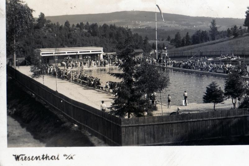 Historické černobílé foto koupaliště v Lučanech nad Nisou - plovárna zaplněná lidmi