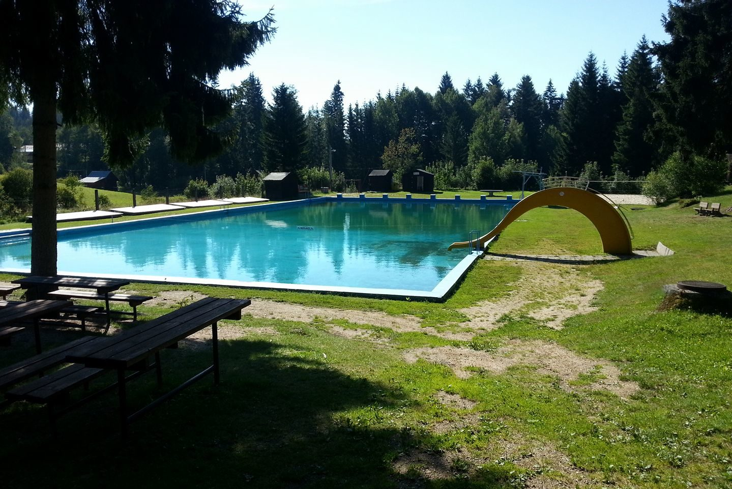 Skromné koupaliště v Lučanech nad Nisou uprostřed zeleně