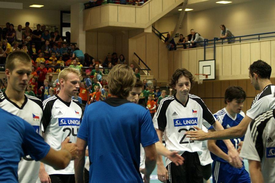 Volejbalisté si podávají ruce před utkáním v Městské hale v Jablonci nad Nisou