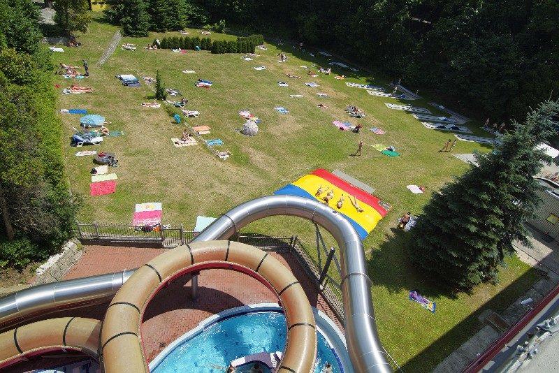 Tobogán vedoucí z bazénu na zahradu - Liberec, městský bazén