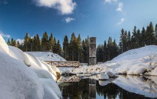 Protržená přehrada v Jizerských horách v zimě pod sněhem - současný stav po rekultivaci
