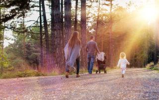 Mladá rodina na procházce s kočárkem lesem - Jizerské hory