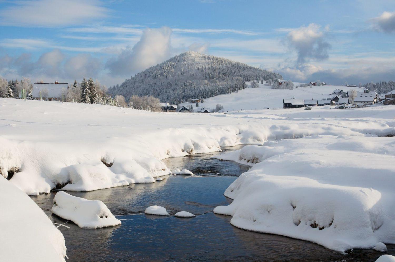 Hora Bukovec, osada Jizerka a řeka JIzera v Jizerských horách v zimě
