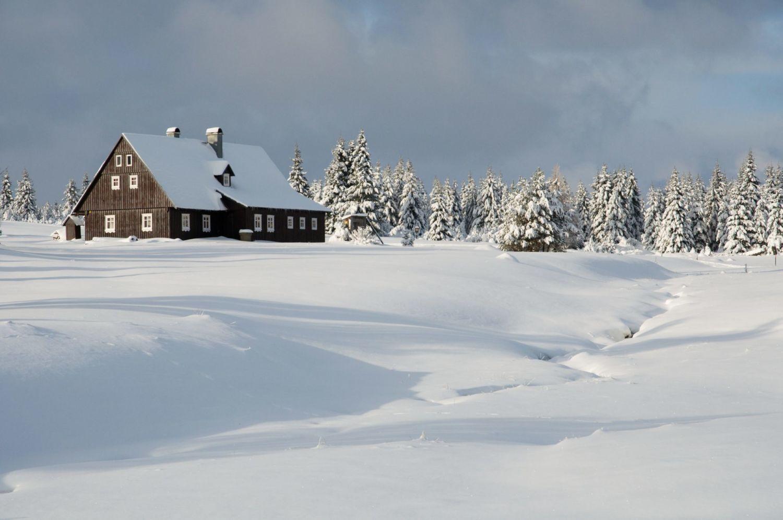 Zasněžená krajina s chalupou v Jizerských horách v osadě Jizerka