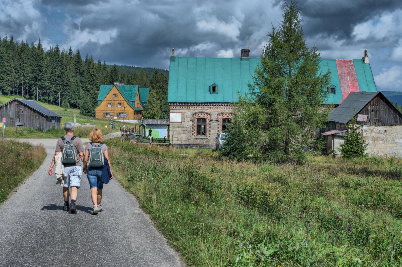 Turisté na cestě k chatě Orle - polská část Jizerských hor