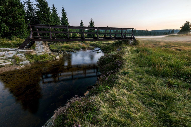 Řeka Jizera s dřevěným mostem v osadě Jizerka v Jizerských horách