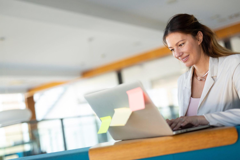 Žena vyhledávající praktické informace o Jablonci nad Nisou na počítači při plánování výletu a dovolené44