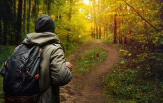 Muž s batohem na výletě v podzimním lese - Jizerské hory, Jablonec nad Nisou