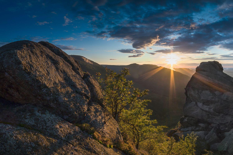 Západ slunce na vyhlídce Ořešník – skalní dominanta nad Hejnicemi, Jizerské hory