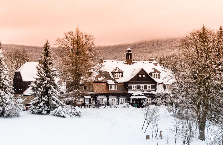 Zasněžená Šámalova chata na Nové Louce, dříve lovecký zámeček Clam-Gallasů,  uprostřed lesů v Jizerských horách nabízí občertvení turistům, cyklistům i lyžařům