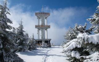 Moderní rozhledna Smrk v Jizerských horách v zimě