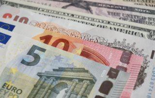 Detail bankovek Eura, které vyměňují směnárny v Jablonci nad Nisou.