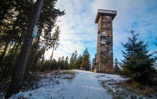 Nová dřevěná rozhledna Císařský kámen v zimě - Jablonecko, postavená roku 2018