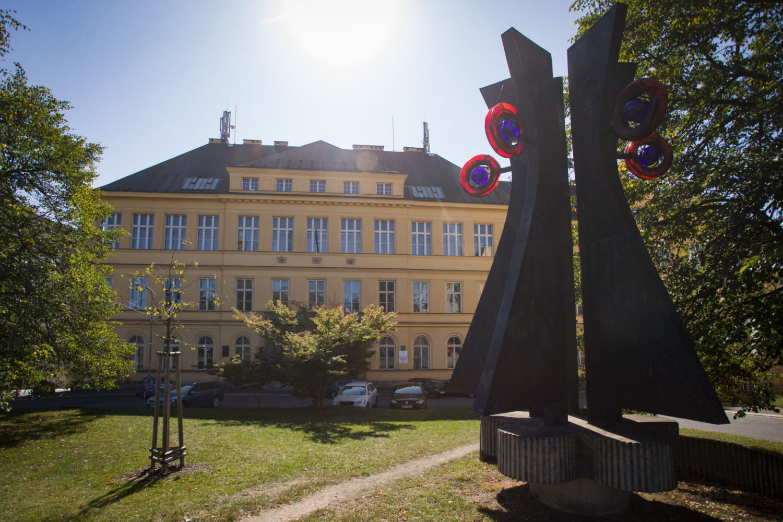 Budova Střední uměleckoprůmyslové školy v Jablonci nad Nisou - hlavní vchod, plastika ze skla a kovu vpopředí