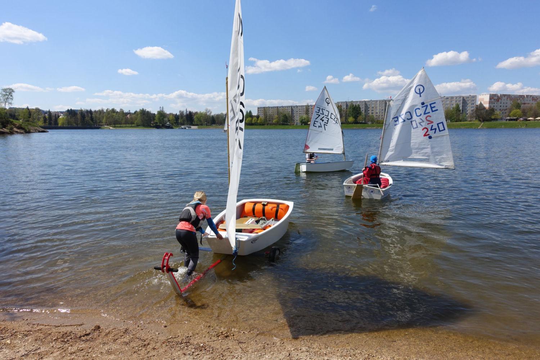 Trénink dětí na plachetnících Optimist na přehradě v Jablonci nad Nisou