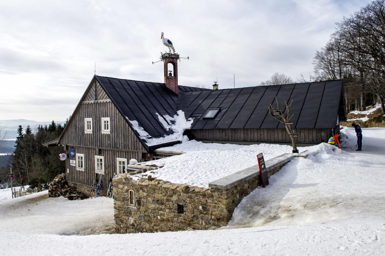 Restaurace U Čápa v Příchovicích - pohled na střechu, komín a maketu čápa