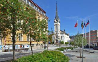 Kostel a náměstí Dr. Farského v Jablonci nad Nisou v létě