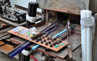 Skleněné tyče jako polotovar pro výrobu bižuterie v Muzeu výroby korálků G&B beads Jablonec nad Nisou