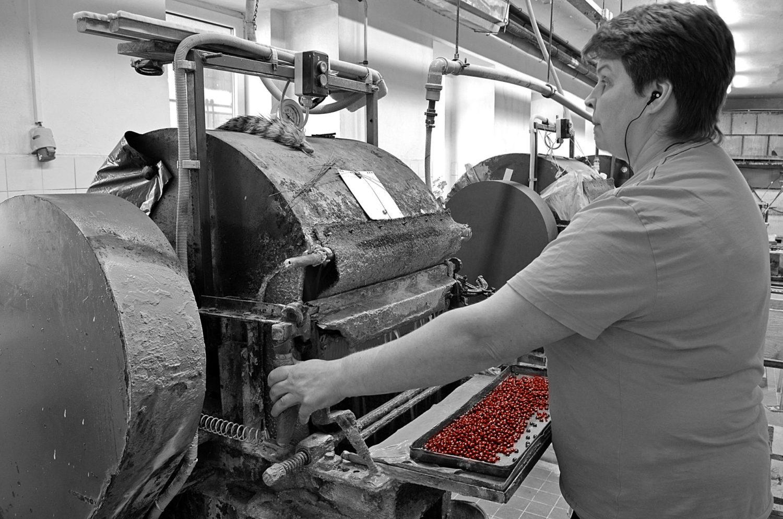 Bižuterní výroba s velkým podílem ruční práce v GB beads Jablonec nad Nisou - zaměstnankyně u navlékacího stroje