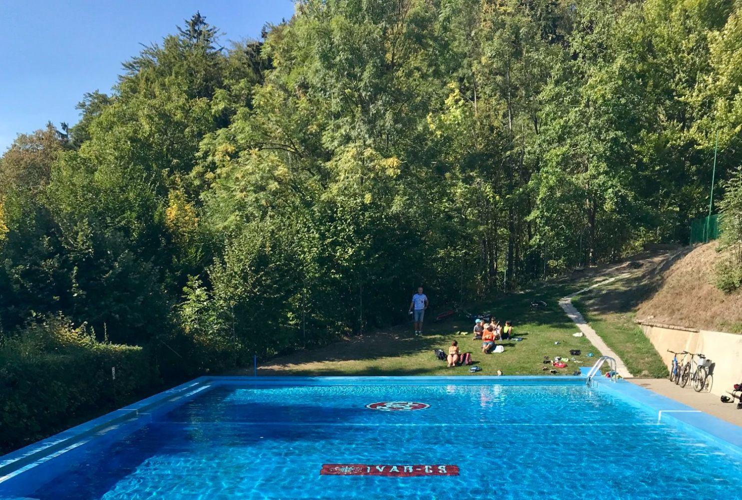 Koupaliště Frýdštejn s průzračnou vodou a zelení