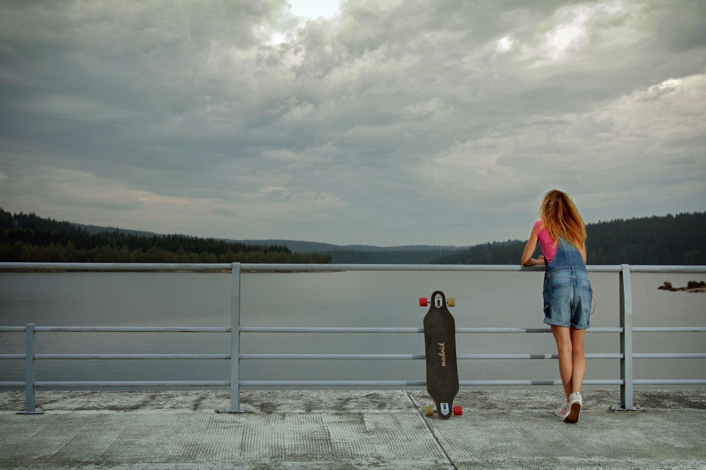 Dívka se skateboardem odpočívající na hrázi Josefodolské přehrady - Jizerské hory