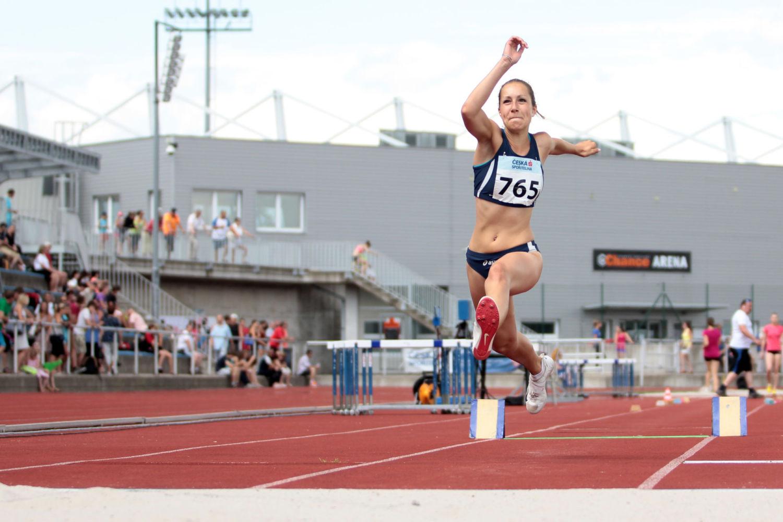 Mladá atletka závodící na oválu na stadionu Střelnice v Jablonci nad Nisou