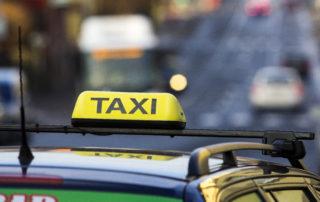 Detail nápisu Taxi na střeše auta. Taxislužby v Jablonci nad Nisou zajistí i přepravu lyžařů nebo hendikepovaných.