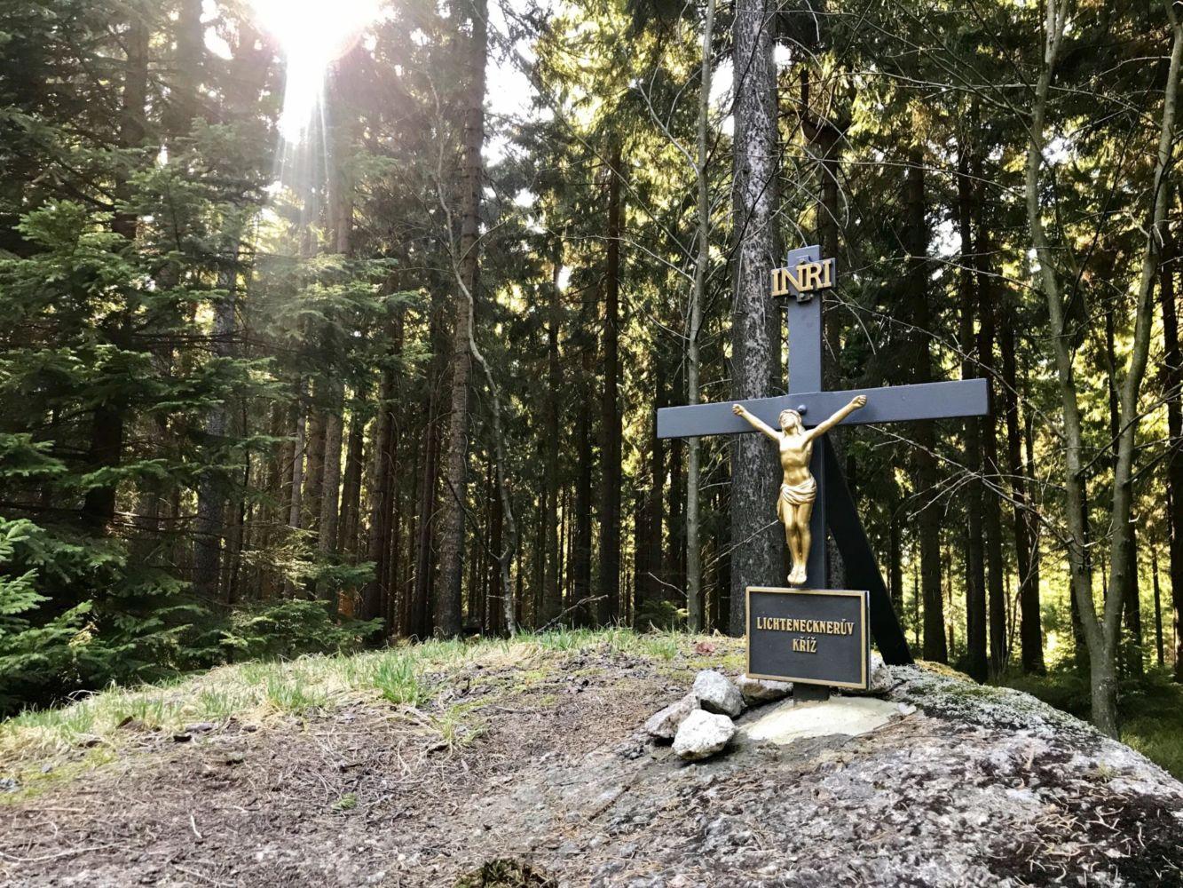 Obnovený Lichtenecknerův kříž na Vládní cestě v Jizerských horách, který nechal postavit polesný Lichteneckner z vděčnosti, že se zachránil před nečistými mocnostmi při nočním návratu z hospody.