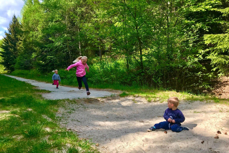 Malé děti hrající si na doskočišti Běžecká dráha v přírodním sportovním areálu Srnčí důl (Areál zdraví) v Jablonci nad Nisou