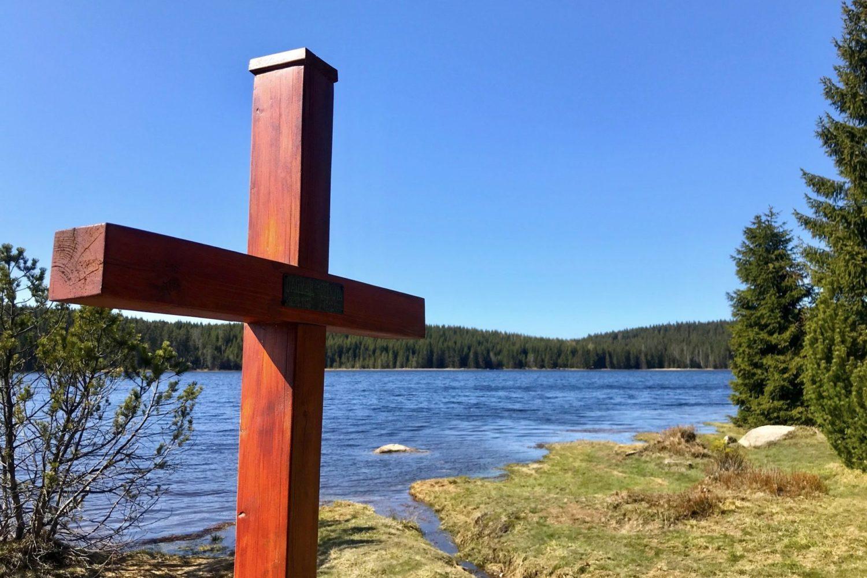 Novodobější dřevěný kříž u přehrady Bedřichov na Černé Nise – Jizerské hory