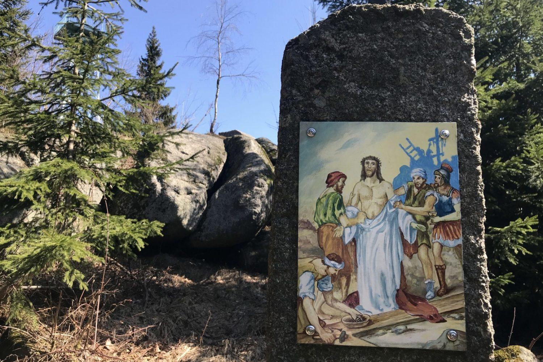 Křížová cesta na rozhlednu Slovanka - 10. zastavení Ježíš je zbaven šatů (barevný výjev z Bible na žulovém sloupu)