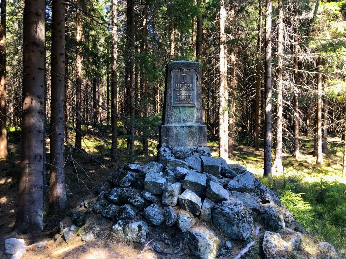 Melzerův pomník ležící na NS Černá Nisa připomíná neštěstí v r. 1905, kdy se stavěla bedřichovská přehrada. Zahynul zde mladík Robert Melzer, na kterého se převrhl vagónek z úzkokolejné železnice.