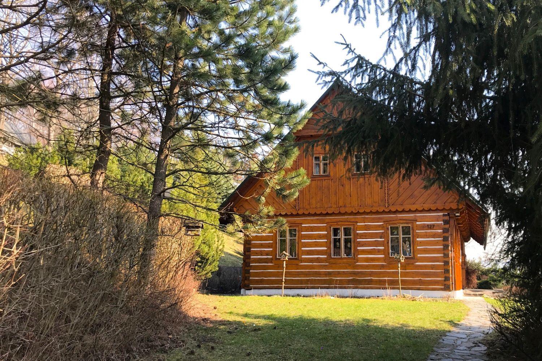 Stylově zrekonstruovaná dřevěná chalupa v Jindřichově v Jizerských horách