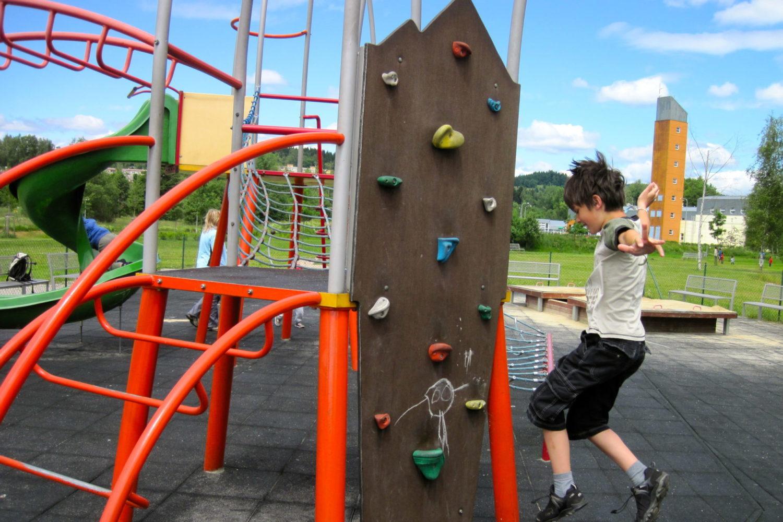 Chlapec na horolezecké ministěně na dětském hřišti v areálu volnočasových aktivit Čelakovského - Jablonec nad Nisou