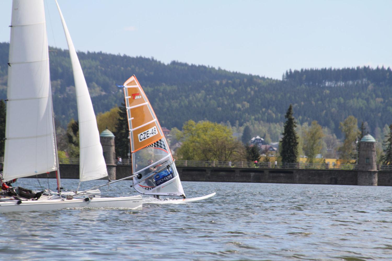Plachetnice a windurfing při regatě na přehradě v Jablonci nad Nisou