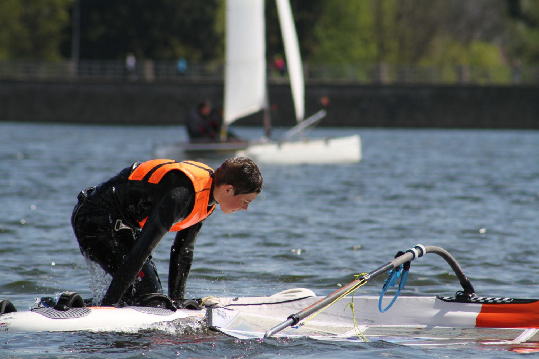 Závod ve windurfingu - mladý sportovec se snaží dostat zpět na prkno - přehrada v Jablonci nad Nisou