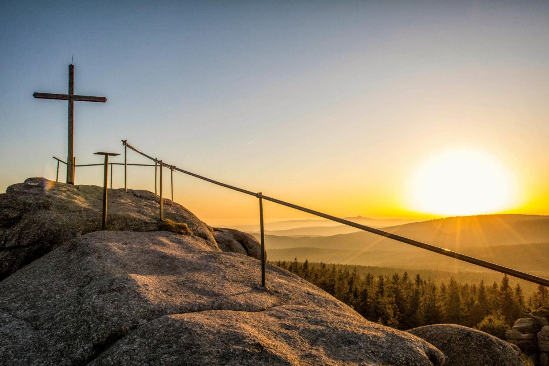 Vrchol Jizery při západu slunce - druhý nejvyšší vrchol Jizerských hor na české straně (1122 m n. m.). Vyhlídka v podobě přírodně navršených žulových balvanů