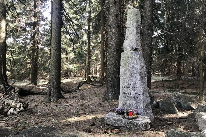 Stumpeho kámen v Jizerských horách připomínající vraždu Alfreda Stumpeho v roce 1938.