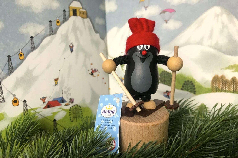 Legendární dřevěný krteček s lyžemi na pozadí kreslené hory – výrobce Detoa – Jiřetín pod Bukovou v Jizerských horách