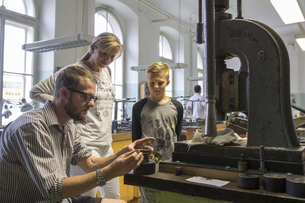 Pedagog v dílně předvádí ražbu medaile – Střední uměleckoprůmyslová škola v Jablonci nad Nisou